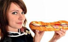 девушка-ест-хот-дог